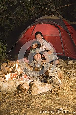 Madre e figlie di campeggio