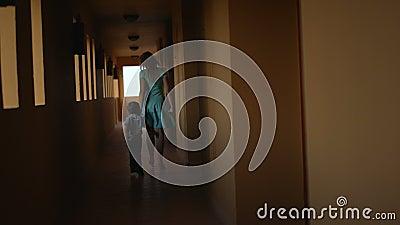 Madre e hijo en hotel
