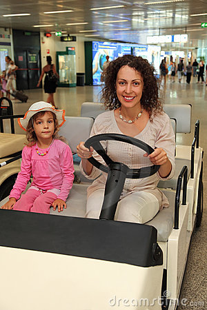 Madre e piccola guida della figlia sull automobile elettrica