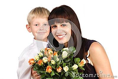 Madre Feliz Que Abraza Hijo Con Las Flores Aisladas Sobre Blanco