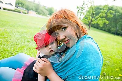 Madre graziosa con il piccolo figlio