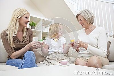 Madre, hija, té de consumición de la familia de la abuela