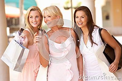 Madre mayor e hijas que disfrutan de compras