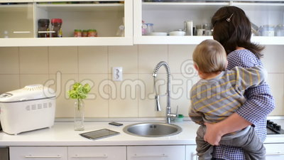 Madre occupata in cucina stock footage