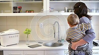 Madre ocupada en cocina metrajes
