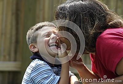Madre que besa al niño
