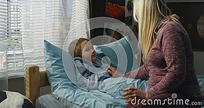 Madre que toma cuidado de la hija enferma almacen de video