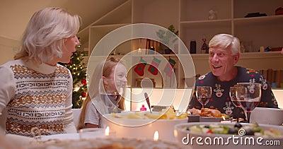 Madre y padre pareja amor Navidad cena familia risa alegría regalos almacen de metraje de vídeo