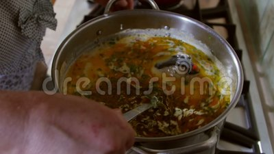Magasin de cuisine de la femme de maison, une soupe de poisson à la crème et à l'oeuf aigres, souillée avec du jus de citron banque de vidéos
