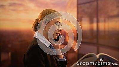 Magazine de beauté de lecture de dame d'affaires et ami de appeler tout en se reposant au bureau banque de vidéos