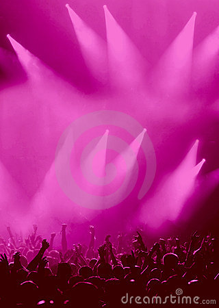 Magentafärgad deltagare för åhörarekonsertfolkmassa