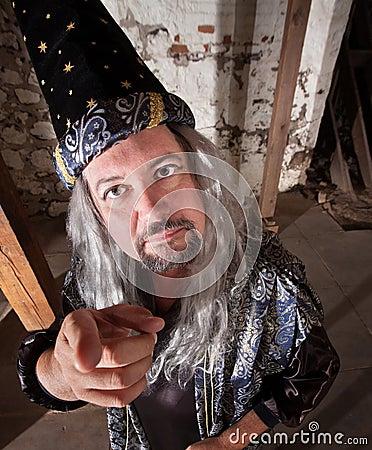 Magicien âgé par milieu