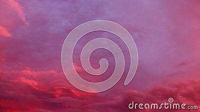 Magische zonsondergangwolken op de hemel stock videobeelden