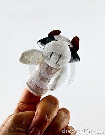 Main avec la marionnette de doigt de vache