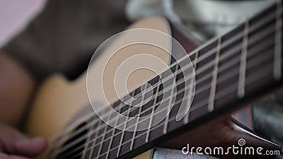 Main rapprochée de l'homme jouant de la guitare classique acoustique, Musique instrumentale pour le jazz et l'écoute musicale fac banque de vidéos