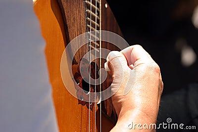 Main sur la guitare