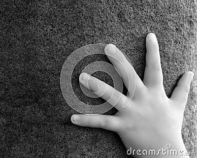 Main sur la pierre