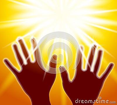 Mains atteignant pour la lumière