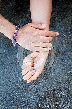 Mains avec le sable humide
