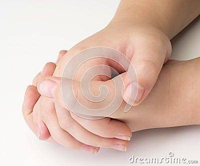 Photos libres de droits: mains d enfant sur le blanc