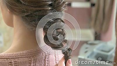 Mains d'un coiffeur, tresse