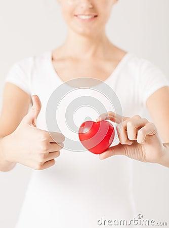 Mains de femme avec le coeur