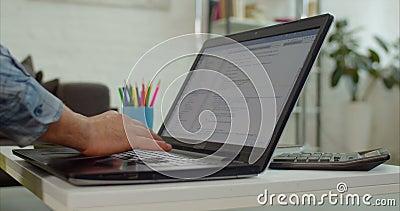 Mains de programmeur fonctionnant avec l'ordinateur dans le bureau clips vidéos
