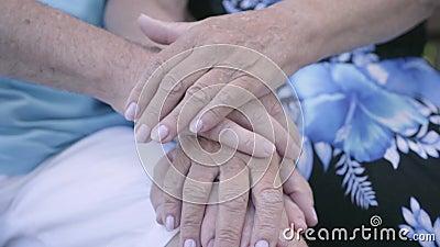 Mains en gros plan d'homme mûr et de femme qui s'asseyant sur le banc Mains a?n?es de fixation de couples Relations tendres clips vidéos