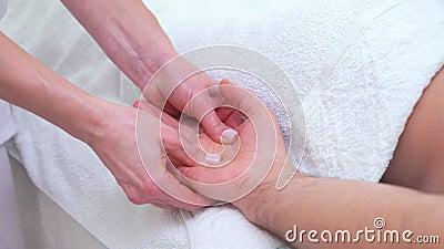 Mains femelles faisant le massage de détente de paume pour le patient masculin dans la chambre thérapeutique clips vidéos