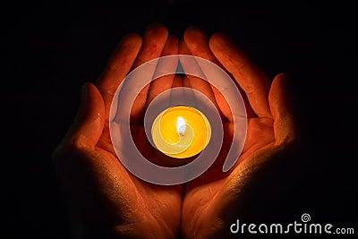 mains sous forme de coeur tenant une bougie allum e sur un noir photo stock image 58023778. Black Bedroom Furniture Sets. Home Design Ideas