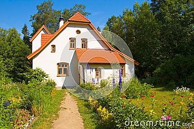 maison blanche avec le toit de tuile rouge images stock image 19456914