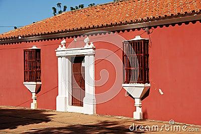 maison coloniale espagnole de style photo stock image 62691292. Black Bedroom Furniture Sets. Home Design Ideas