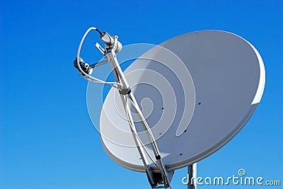 Maison d 39 antenne parabolique image libre de droits image for Antenne cellulaire maison