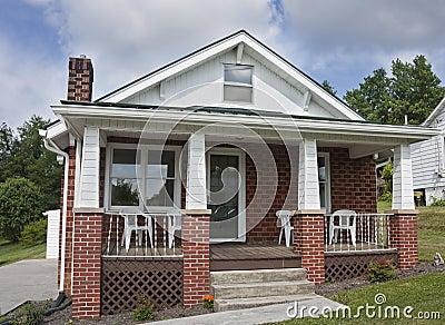 Maison de brique avec le porche photo stock image 41972805 for Maison avec porche
