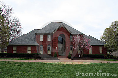 maison brique moderne maison moderne en briques jaunes et toiture 2 pans en tuiles noires. Black Bedroom Furniture Sets. Home Design Ideas