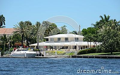 Maison de luxe de bord de mer photo libre de droits for Maison de bord de mer