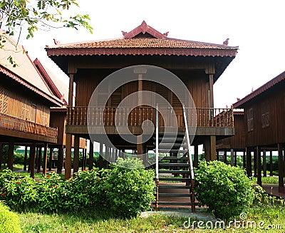Maison en bois cambodgienne traditionnelle photo stock for Maison bois traditionnelle