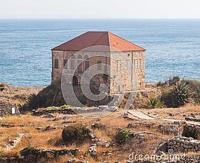 Maison libanaise traditionnelle au dessus de la mer m diterran e pr s des ruines antiques dans - Maison de la mediterranee ...