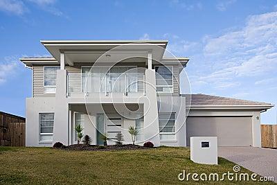 maison moderne de deux tages avec un balcon image libre de droits image 10300576. Black Bedroom Furniture Sets. Home Design Ideas
