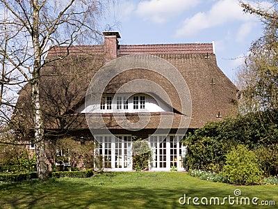 Maison traditionnelle avec le toit couvert de chaume image stock image 4928037 - Maison en toit de chaume ...