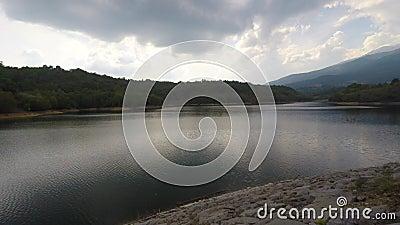 Majestueus alpien landschap met meer en dam stock footage