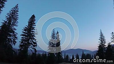 Majestueuze zonsondergang in het bergenlandschap stock video