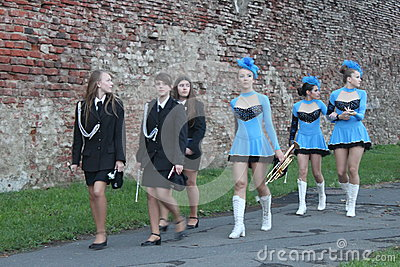 Majorettes et bande Photo stock éditorial