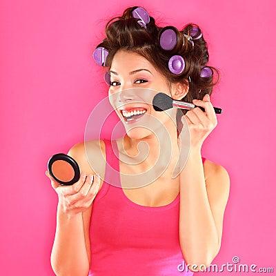 Make-up - die Frau, die Make-up setzt, erröten