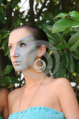 Make-upmodell in den Bäumen