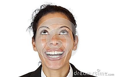 Makro del primo piano di una donna felice che osserva in su