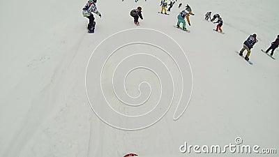 Makro des grünen Grases Gruppe der Snowboarderanfangsfahrt auf Steigung Wettbewerb-Extrem drehzahl stock video