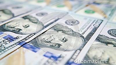 Makro-Kamera, die neben den in der Reihe liegenden US-Dollar-Scheinen gleitet stock footage