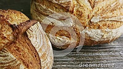 Makro-Panorama von zwei ganzen runden Brot auf Holztisch stock video footage