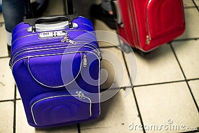 Malas de viagem azuis e vermelhas
